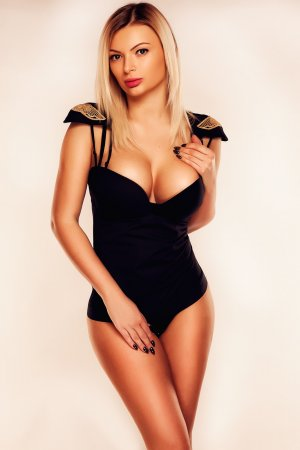 Haiat escort girls in Fort Lee